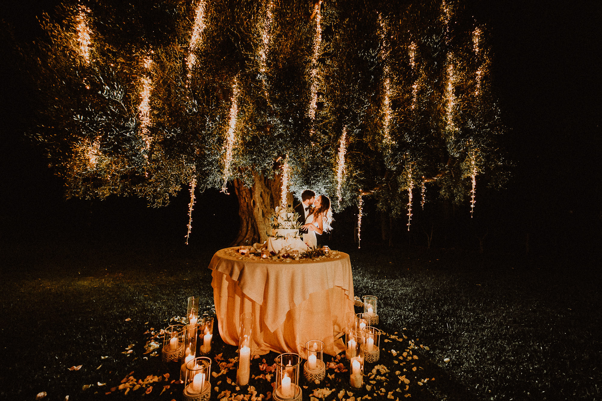 cutting the cake at the wedding wedding-elopement-photographer-destination-puglia-boho-vintage-creative-intimate