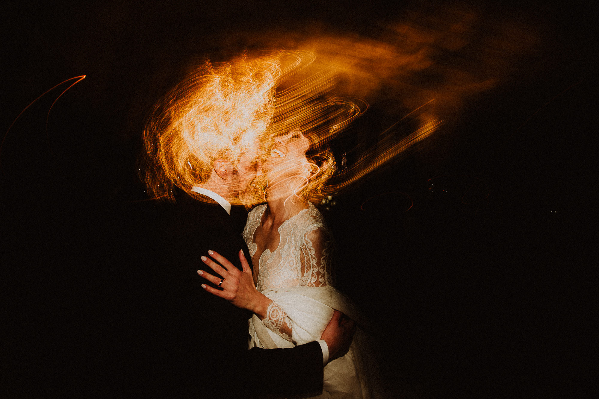 first dance of the spouses wedding-elopement-photographer-destination-puglia-boho-vintage-creative-intimate